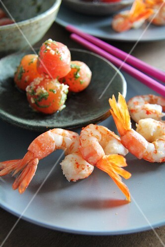 Steamed prawns with preserved tomatoes (Asia)