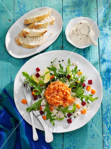 Salmon tartar with rocket and a creamy pepper sauce