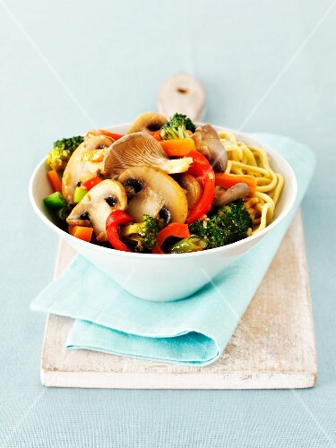 Stir-fried mushrooms and vegetables with noodles (Thailand)