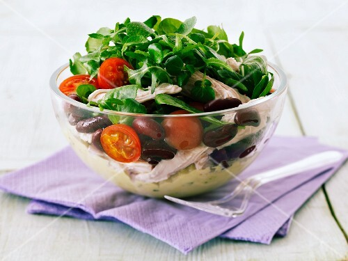 Rocket salad with chicken, tomatoes and kidney beans