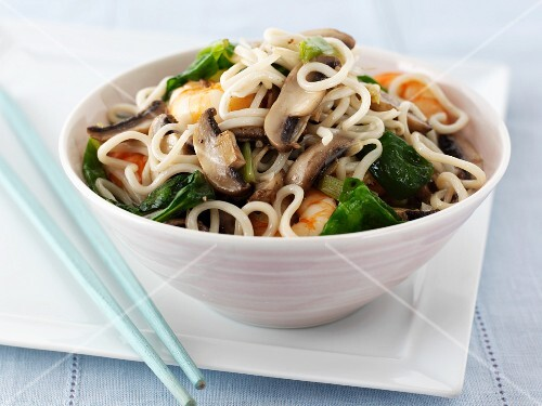 Pasta with mushrooms and king prawns (Asia)