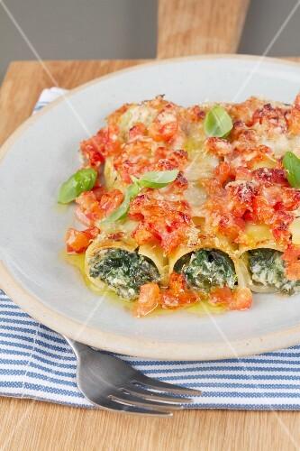 Cannelloni con gli spinaci (pasta tubes filled with spinach)