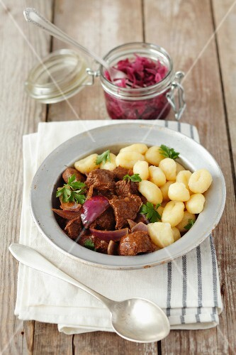 Beef goulash with gnocci and red onions