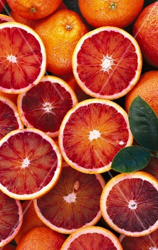 Blood oranges, whole and halved (seen from above)