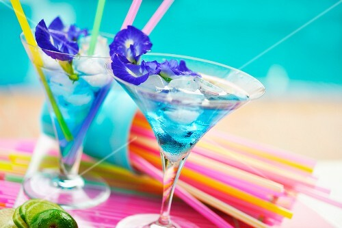 Drinks with edible flowers and ice cubes (Thailand)