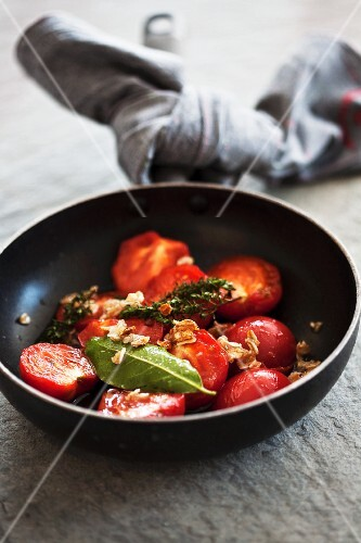 Fried tomatoes with herbs and oats