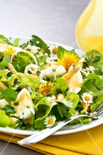 Mixed leaf salad with eggs, asparagus and edible flowers