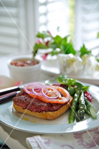 Pork burger with asparagus and beetroot