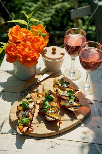 Crostini with pears and blue cheese, with rosé wine