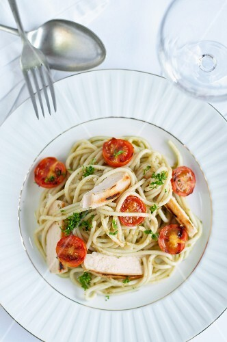 Spaghetti with chicken, pesto and cherry tomatoes