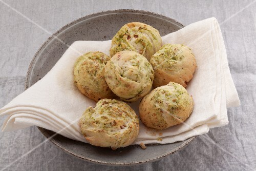 Pesto rolls with raisins