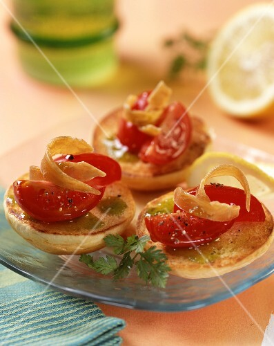 Crostini with olive oil, tomatoes and hard roe