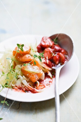 Smoked salmon on strips of vegetables with a strawberry sauce
