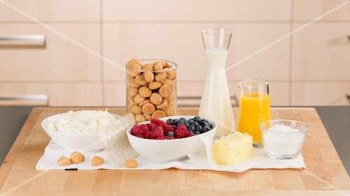 Zutaten für eine Kühlschranktorte mit Beeren