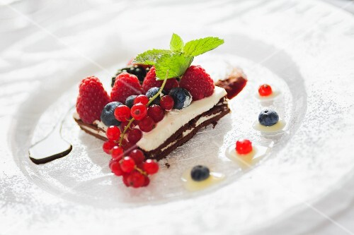 Pan die spagna al cioccolato farcito (chocolate gateau with cream filling and fresh berries)
