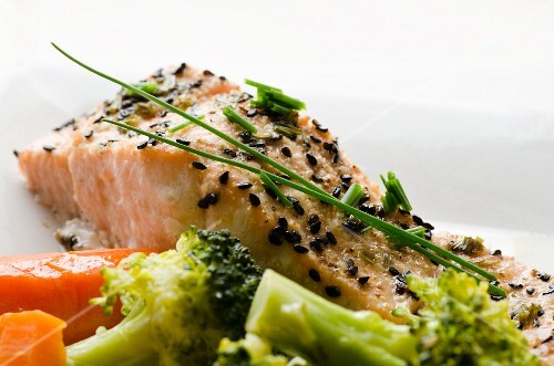 Salmon fillet with sesame seeds and vegetables