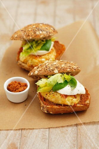 Vegetable burgers with mozzarella