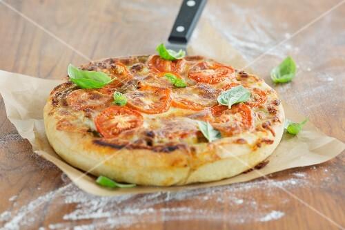 Deep Dish Pizza mit Basilikumblättern (Pizza mit hohem Rand, Chicago, USA)