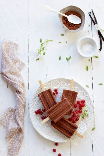 Home-made chocolate ice lollies with redcurrants