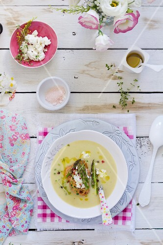 Asparagus soup with bread and cheese