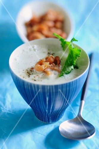 Kohlrabi soup with prawns