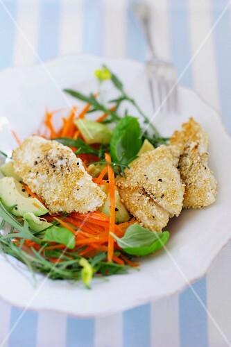 Fischfilet mit Sesamkruste auf Karotten-Avocado-Salat