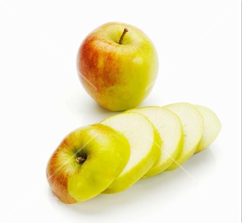Äpfel der Sorte Pink Lady, ganz & in Scheiben geschnitten
