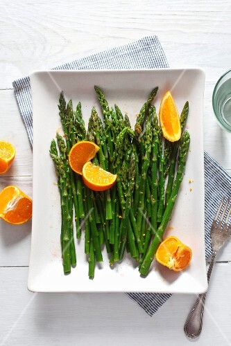 Green asparagus with oranges (view from above)