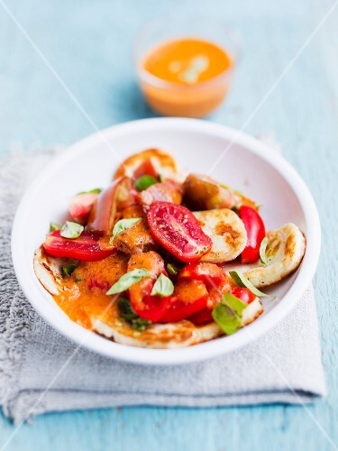 A salad of tomatoes, halloumi and basil