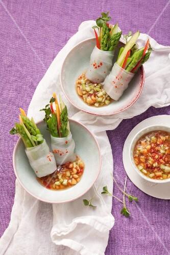 Grüner Spargel in Reispapier mit scharfem Gemüsedip