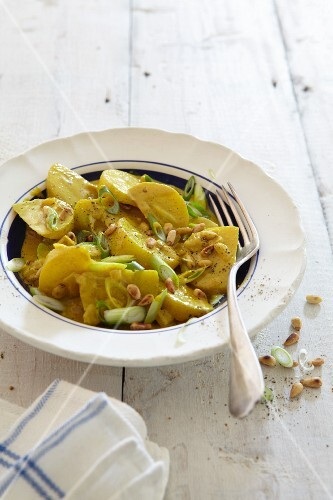 Kohlrabi curry with spring onions and pine nuts