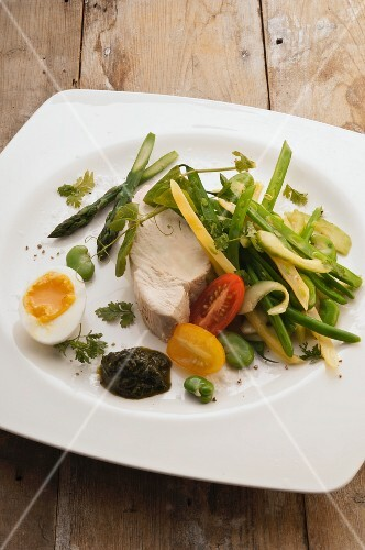 Salad niçoise with tuna, egg and green beans
