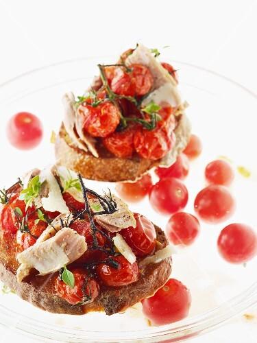 Bruschette pomodoro e tonno (tomato and tuna on toasted slices of bread)