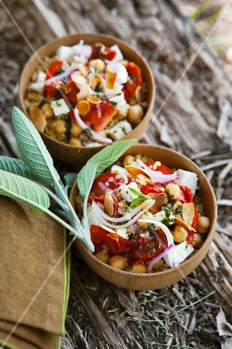 Bulgur salad with chickpeas, tomatoes and almonds