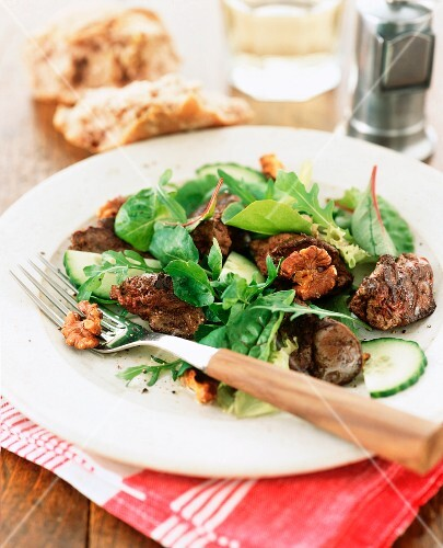Leaf salad with chicken livers and walnuts