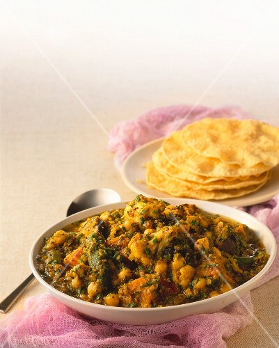 Vegetable curry with chickpeas and flatbread