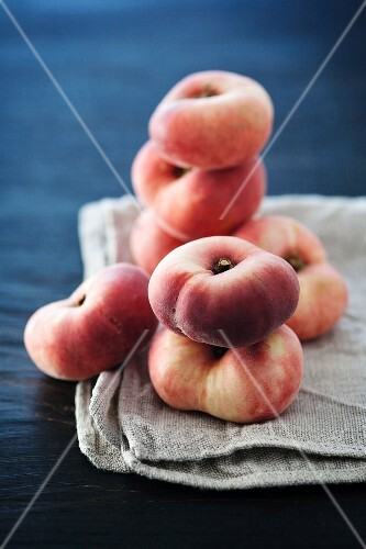 Peaches of the variety 'Flatqueen'