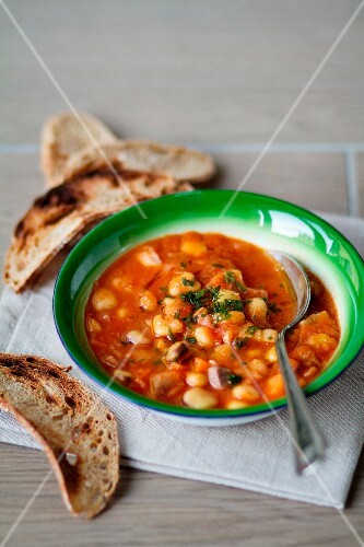 Bean and chickpea stew with toasted bread