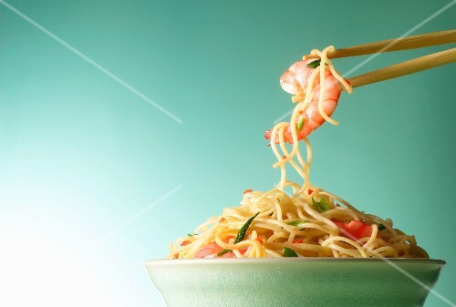 Egg noodles with king prawns (Asia)