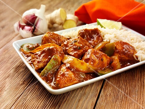 Chicken curry with onions, peppers and rice (India)