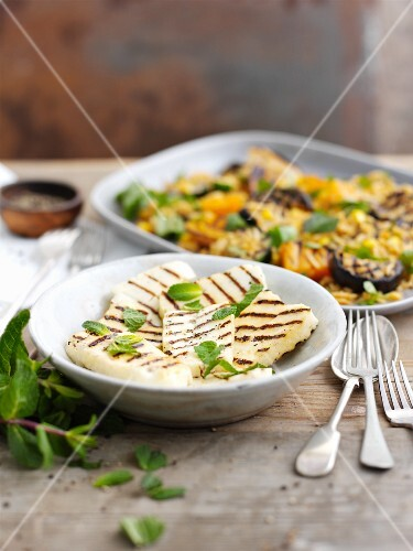 Vegetable salad with grilled bread