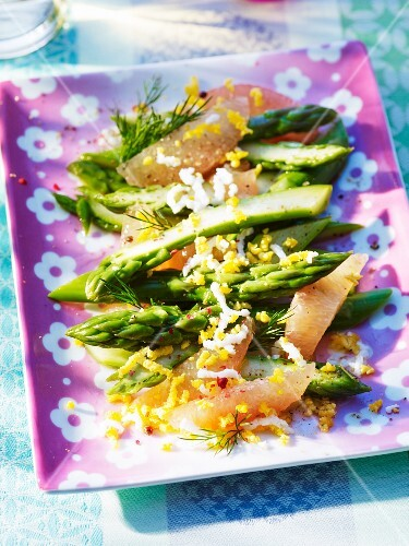 Green asparagus with grapefruit and chopped egg
