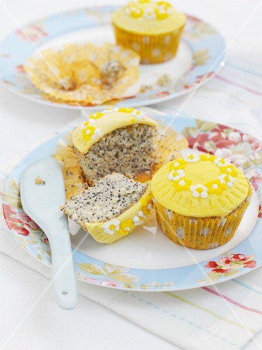 Lemon and poppyseed cupcakes with sugar flowers