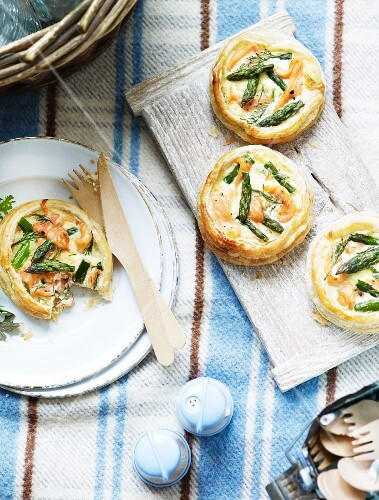 Puff pastry tartlets with salmon and green asparagus