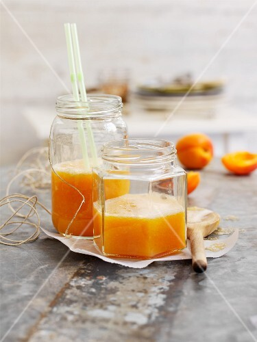 Carrot and pear juice with apricots