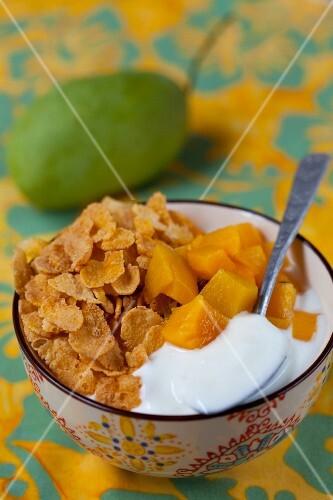 Cornflakes with mango and yoghurt