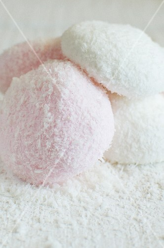 Marshmallows with grated coconut