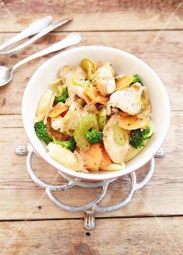 Pan-fried chicken with broccoli, carrots and celery