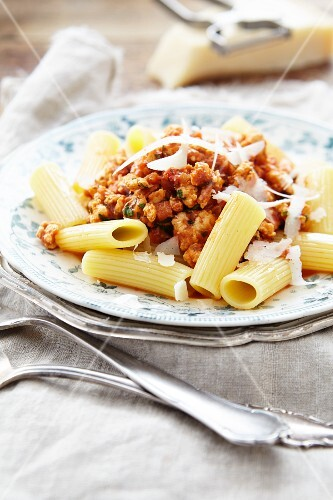 Rigatoni bolognese with chicken