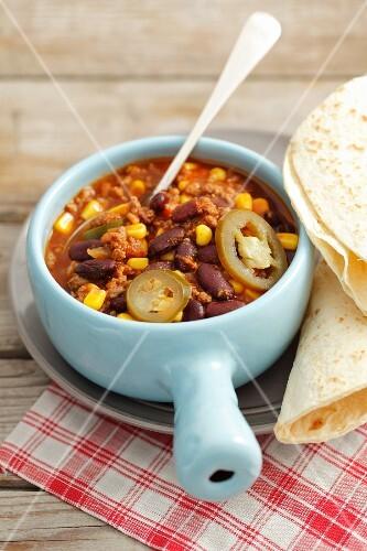 Chili con carne with tortillas